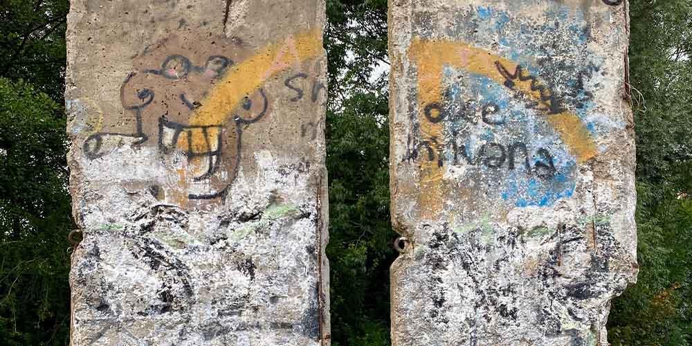 Berliner Mauerstücke für die Open-Air Galerie